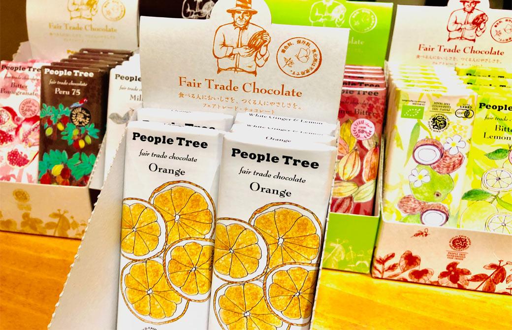 白の背景にオレンジの描かれたパッケージのチョコレート オーガニックオレンジ