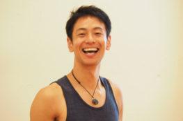 笑顔でこちらを見る浅野先生