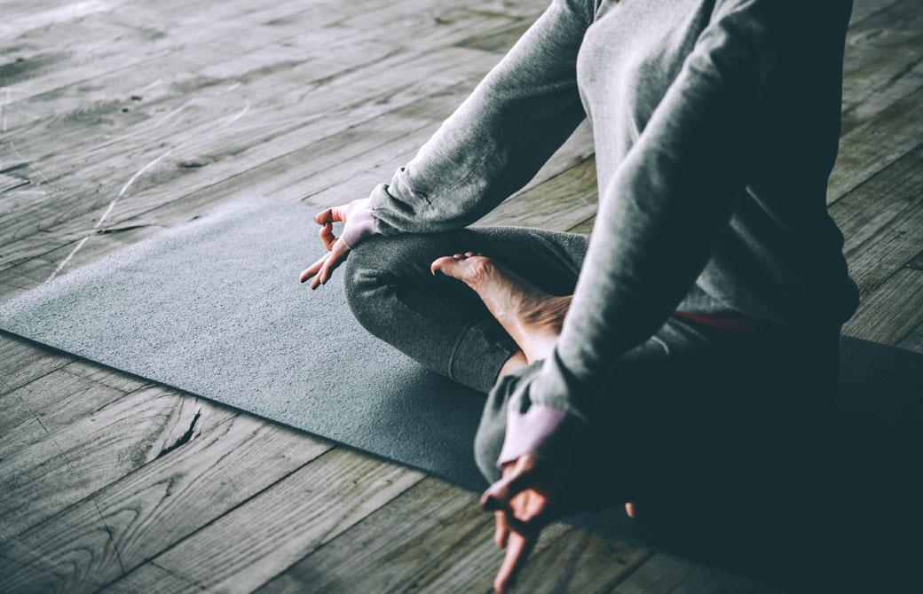 瞑想をする女性