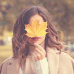 秋の自然の中にいる女性