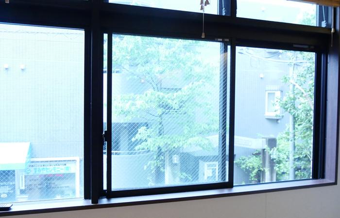窓が開いていて換気している情景