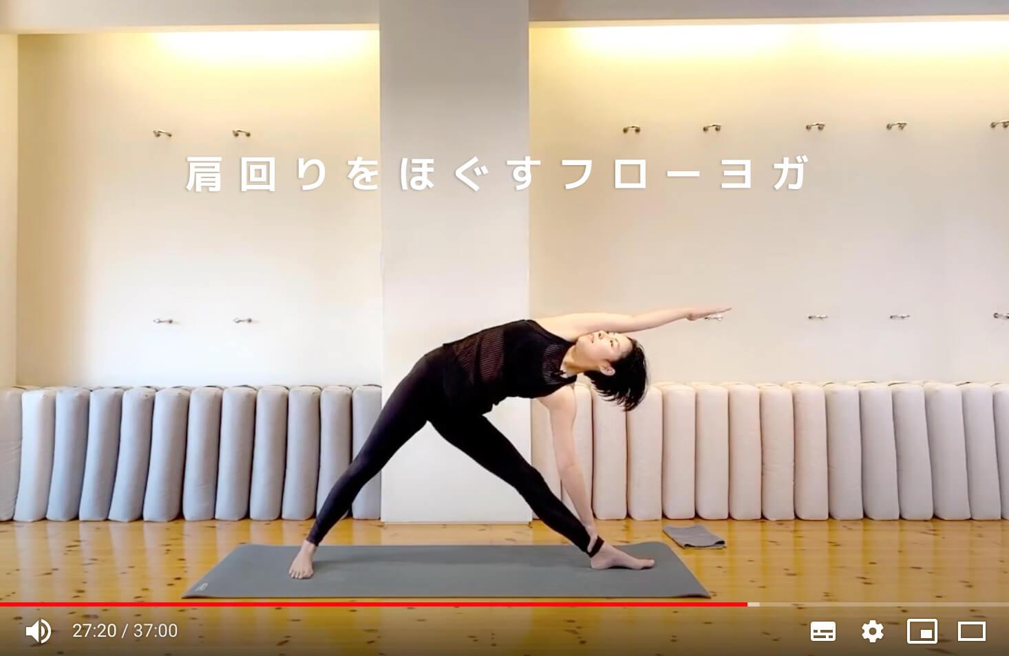 オハナスマイルスタジオでトリコナーサナをとる片野瑛子先生